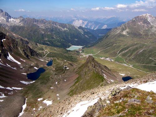 Foto: vince 51 / Wander Tour / Drei-Seen-Wanderung im Kühthai / rechts Hirschebensee, lienks die Plenderlesseen, hinten der Längental-Stausee. / 05.06.2007 22:44:14