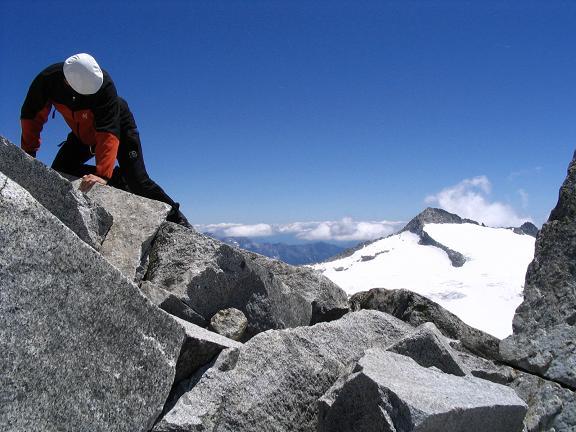 Foto: Andreas Koller / Wandertour / Cresta Croce und Cannone 149 (3330 m) / Kletterei im Gipfelbereich mit Crozzon di Lares (3358 m) im Hintergrund / 15.05.2007 23:34:55