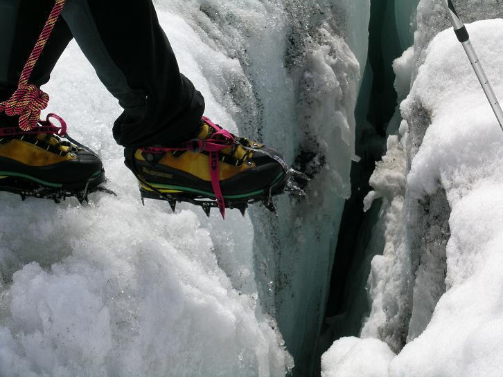 Foto: Andreas Koller / Wander Tour / Cresta Croce und Cannone 149 (3330 m) / Gewagter Schritt am Ghiacciaio del Adamello  / 15.05.2007 23:33:04