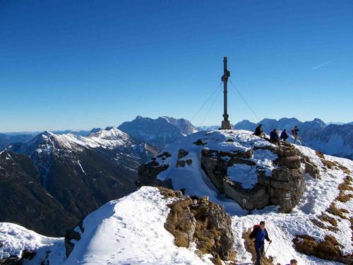 Foto: vince 51 / Wander Tour / Von Rinnen auf den Thaneller / Thanellergipfel, im Hintergrund Zugspitze und Mieminge Gruppe / 04.01.2007 22:33:59