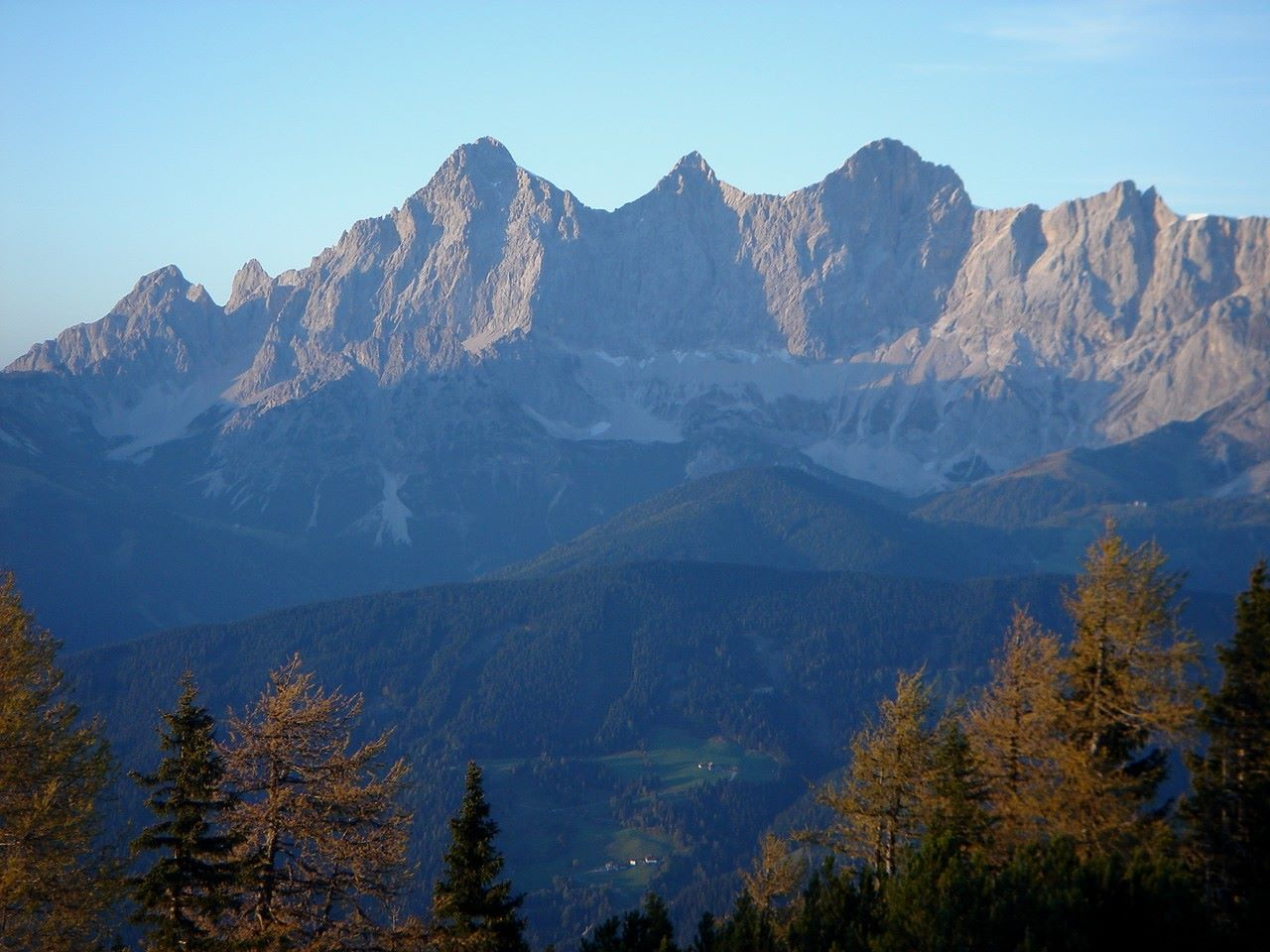 Foto: Manfred Karl / Wander Tour / Gipfelrunde von der Reiteralm auf den Schober (2133m) / Markant: Der Dachstein / 19.06.2007 05:52:54
