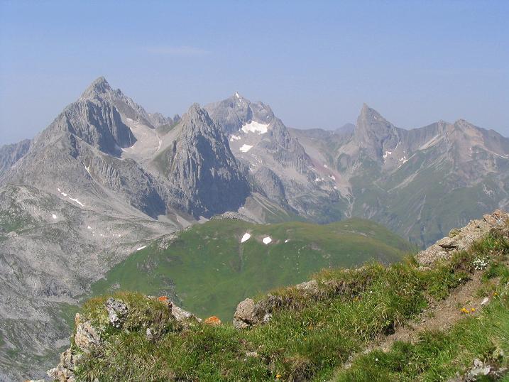 Foto: Andreas Koller / Wandertour / Hoch über St. Anton auf den Stanskogel (2757m) / Blick nach W zur Roggspitze (2747 m) / 23.05.2007 20:32:44