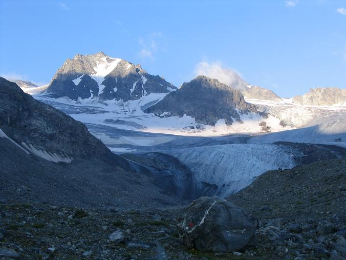 Foto: Andreas Koller / Wander Tour / Vom Jamtal auf die Dreiländerspitze und die Hintere Jamspitze (3197 m) / Die beiden Jamspitzen im Morgenlicht / 20.05.2007 19:44:47