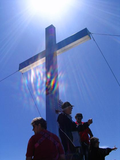 Foto: Andreas Koller / Wander Tour / Vom Jamtal auf die Dreiländerspitze und die Hintere Jamspitze (3197 m) / Gipfelkreuz auf der Hinteren Jamspitze / 20.05.2007 19:49:20