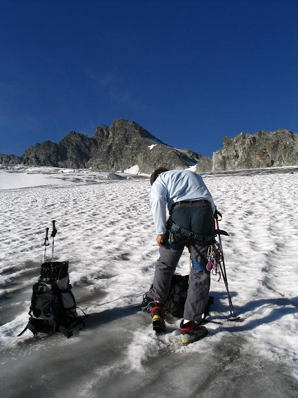 Foto: Andreas Koller / Wander Tour / Vom Jamtal auf die Dreiländerspitze und die Hintere Jamspitze (3197 m) / Anseilen am Jamtal Ferner mit Dreiländerspitze im Hintergrund / 20.05.2007 19:45:11