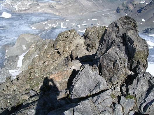 Foto: Andreas Koller / Wander Tour / Vom Jamtal auf die Dreiländerspitze und die Hintere Jamspitze (3197 m) / Tiefblick auf den Jamtal Ferner / 20.05.2007 19:46:07