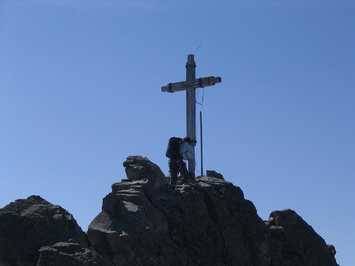 Foto: Andreas Koller / Wander Tour / Vom Jamtal auf die Dreiländerspitze und die Hintere Jamspitze (3197 m) / Gipfelkreuz auf der Dreiländerspitze / 20.05.2007 19:46:29