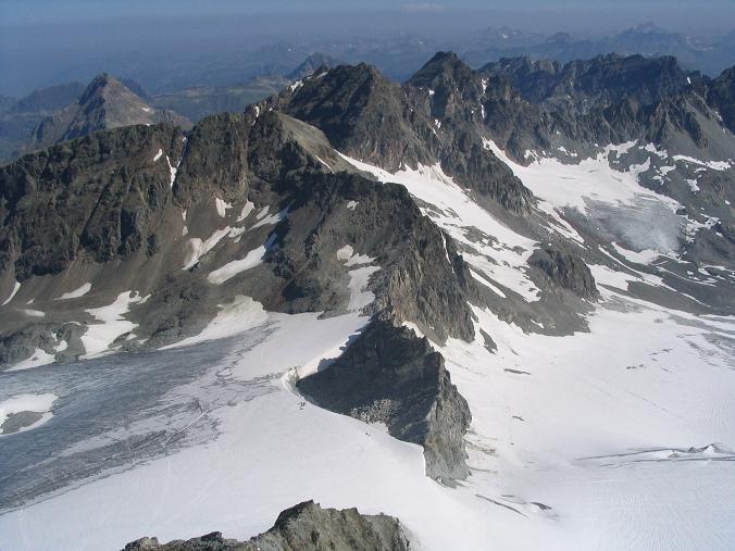 Foto: Andreas Koller / Wander Tour / Vom Jamtal auf die Dreiländerspitze und die Hintere Jamspitze (3197 m) / Tiefblick in die Ochsenscharte / 20.05.2007 19:47:36