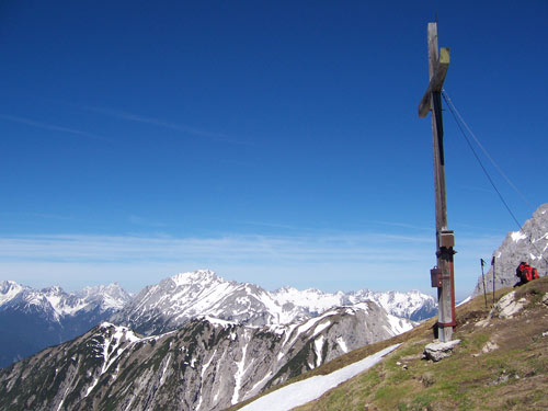 Foto: vince 51 / Wandertour / Wanderung auf die Wankspitze / Gipelkreuz mit Blick zu den Handschuhspitzen und Hochwannig / 22.02.2007 22:17:44