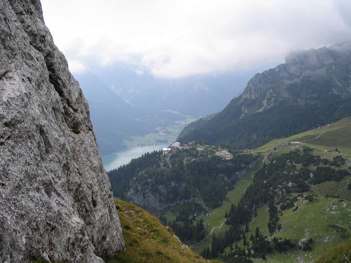Foto: Andreas Koller / Wander Tour / Haidachstellwand und Schützensteig (2192 m) / Tiefblick auf den´Achensee / 26.05.2007 13:45:57