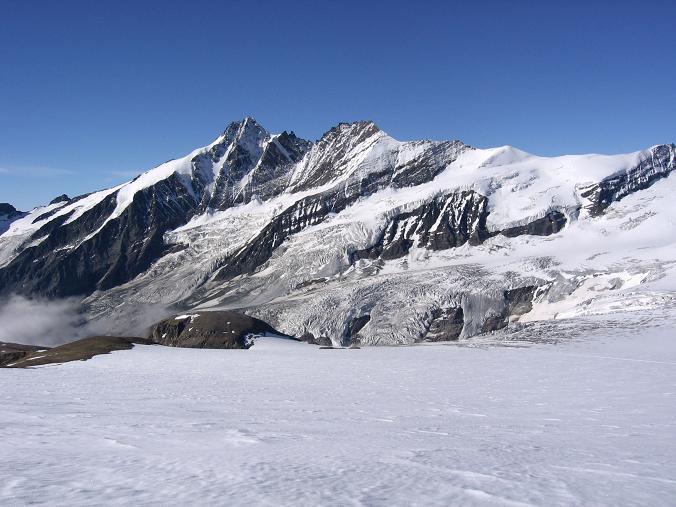Foto: Andreas Koller / Wandertour / Oberwalderhütte und Überschreitung des Mittleren Bärenkopfes (3358 m) / Der Großglockner (3798 m) / 28.05.2007 23:47:49