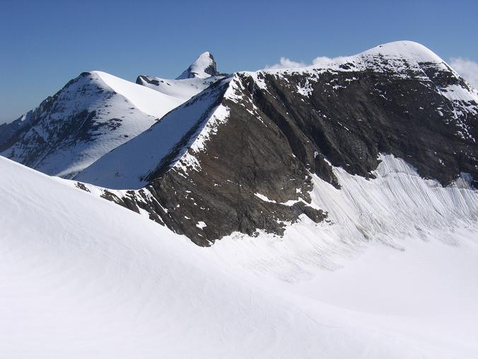 Foto: Andreas Koller / Wandertour / Oberwalderhütte und Überschreitung des Mittleren Bärenkopfes (3358 m) / Von li n. re: Klockerin (3419 m), Großes Wiesbachhorn (3570 m), Großer Bärenkopf (3406 m) / 28.05.2007 23:47:32