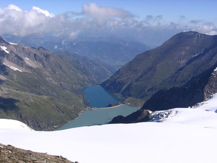 Foto: Andreas Koller / Wandertour / Oberwalderhütte und Überschreitung des Mittleren Bärenkopfes (3358 m) / Blick vom Mittleren Bärenkopf auf den Speicher Moserboden und das Kapruner Tal / 28.05.2007 23:46:08