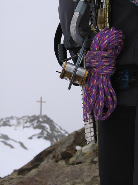 Foto: Andreas Koller / Wander Tour / Aus dem Fornokessel auf den Palon de la Mare (3703 m) / Eisschraube am Gipfel des Monte Vioz / 28.05.2007 11:10:42