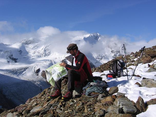 Foto: Andreas Koller / Wander Tour / Aus dem Fornokessel auf den Palon de la Mare (3703 m) / Kartenstudium mit Punta San Matteo (3678 m) im Hintergrund / 28.05.2007 11:12:36