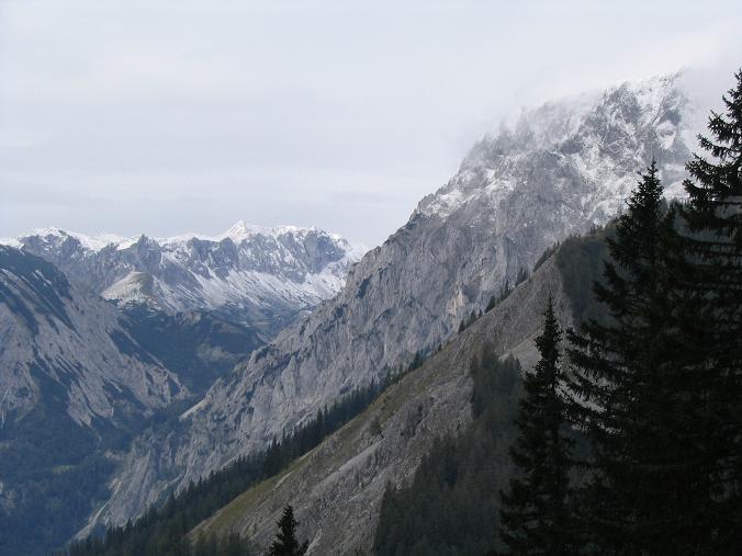 Foto: Andreas Koller / Wandertour / Über die Aflenzer Staritzen (2038 m) / Blick ins Seetal, das Herz der Hochschwabgruppe / 29.05.2007 21:52:22