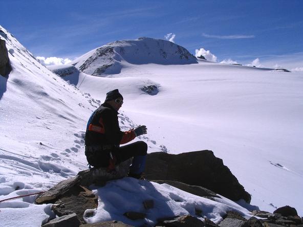 Foto: Andreas Koller / Wandertour / Über die Nordflanke auf den Großen Bärenkopf (3406 m) / Rast unter der Gruberscharte / 02.06.2007 01:11:07