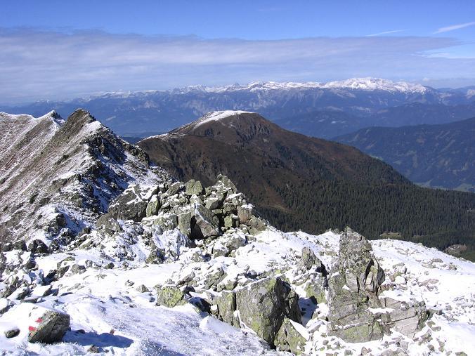 Foto: Andreas Koller / Wandertour / Von der Rottenmanner Hütte über den Dreisteckengrat zur Edelraute Hütte (2448 m) / Blick aus der W-Flanke der Hochhaide auf das Tote Gebirge / 03.06.2007 20:40:47