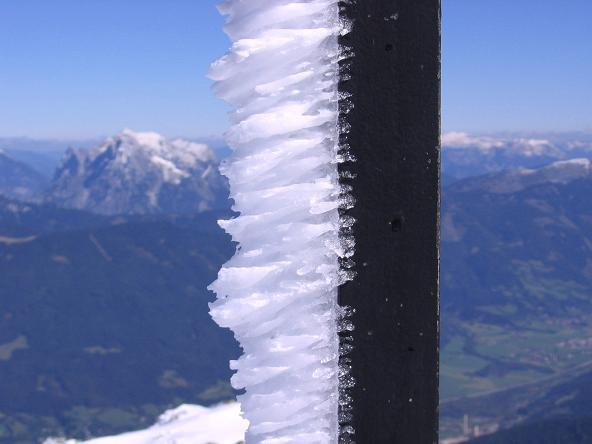 Foto: Andreas Koller / Wandertour / Von der Rottenmanner Hütte über den Dreisteckengrat zur Edelraute Hütte (2448 m) / Vereistes Gipfelkreuz / 03.06.2007 20:41:57