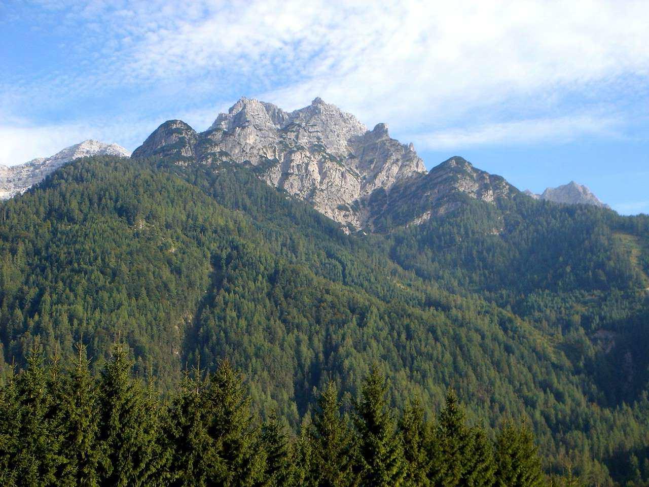 Foto: Manfred Karl / Wander Tour / Von Waidring auf den Brunnkopf / Blick vom Tal auf Wurzköpfe, Rothörner, Brunnkopf (das ist der bewaldete Gipfel etwas rechts der Bildmitte. / 17.05.2007 20:25:31