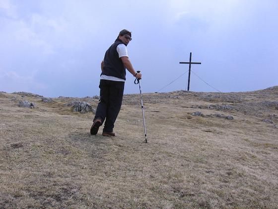 Foto: Andreas Koller / Wander Tour / Durch die Fölzklamm auf Fölzstein und Fölzkogel (2023m) / Die letzten Meter zum Gipfelkreuz am Fölzstein / 22.04.2007 21:14:15