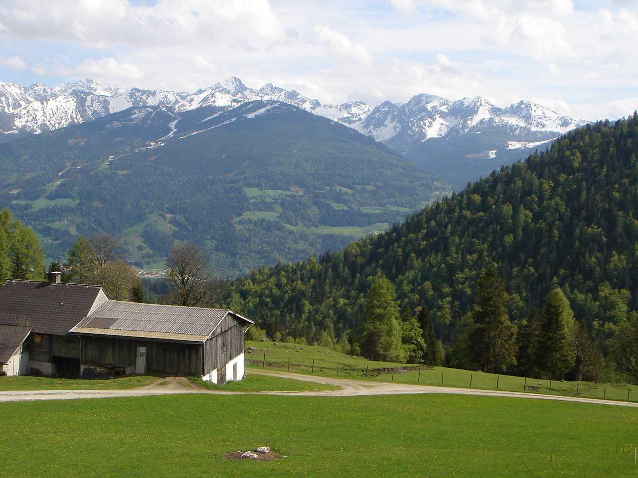 Foto: Manfred Karl / Wander Tour / Luserriedel / Schon beim Aufstieg eröffnet sich immer wieder die Schau zu den Schladminger Tauern. / 18.05.2007 06:32:27