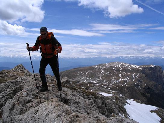Foto: Andreas Koller / Wander Tour / Schlern und Grödner Höhenweg (2656 m) / Am Grat auf die Roterdspitze / 22.04.2007 21:48:27