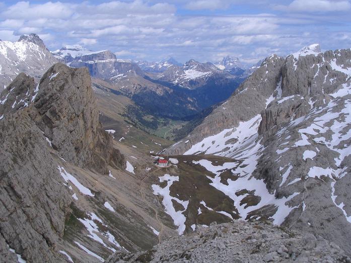Foto: Andreas Koller / Wander Tour / Schlern und Grödner Höhenweg (2656 m) / Tiefblick auf die Tierser Alpl Hütte / 22.04.2007 21:47:56