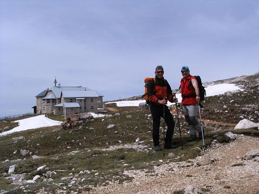 Foto: Andreas Koller / Wander Tour / Schlern und Grödner Höhenweg (2656 m) / Das Schlernhaus, 15 Min. unter dem Gipfel / 22.04.2007 21:50:55