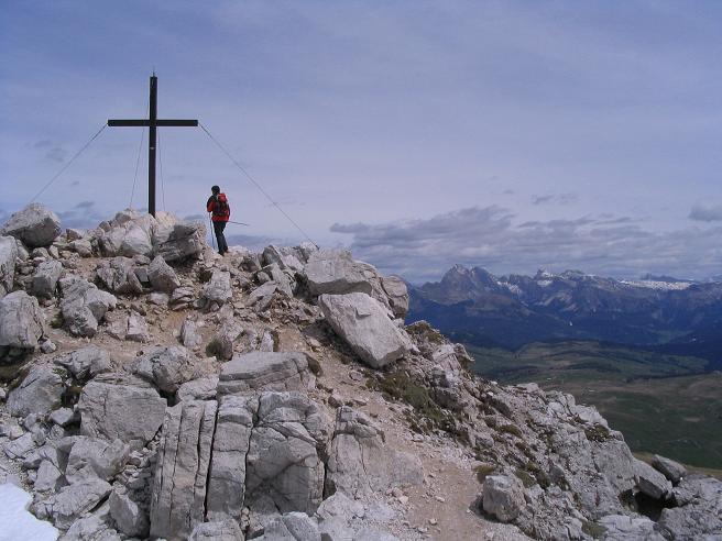 Foto: Andreas Koller / Wander Tour / Schlern und Grödner Höhenweg (2656 m) / Das Gipfelkreuz am Petz / 22.04.2007 21:50:38