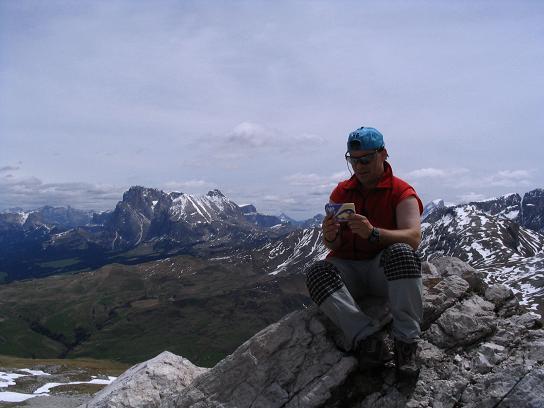 Foto: Andreas Koller / Wander Tour / Schlern und Grödner Höhenweg (2656 m) / Vom Petz weiter Blick auf die Seiser Alm und Platt- sowie Langkofel / 22.04.2007 21:50:22