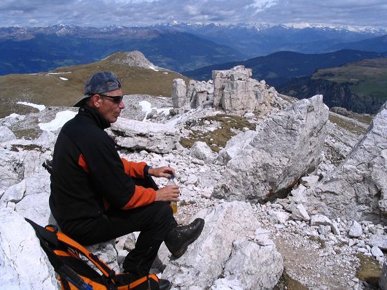 Foto: Andreas Koller / Wander Tour / Schlern und Grödner Höhenweg (2656 m) / Gipfelrast am Petz mit Blick zum Burgstall / 22.04.2007 21:49:29