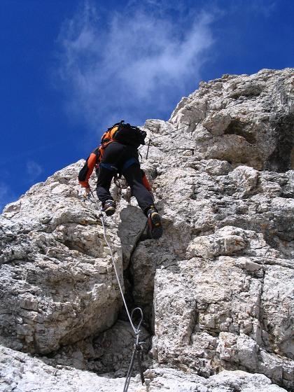 Foto: Andreas Koller / Wander Tour / Aus dem Villnösstal auf den Peitlerkofel (2875m) / Ausgesetzt, aber gut versichert geht es am Peitlerkofel zu / 22.04.2007 21:01:21