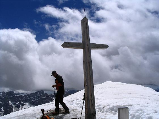 Foto: Andreas Koller / Wander Tour / Aus dem Villnösstal auf den Peitlerkofel (2875m) / Gipfelkreuz des Kleinen Peitlerkofel / 22.04.2007 21:00:08