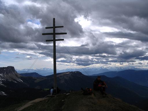 Foto: Andreas Koller / Wander Tour / Aus dem Villnösstal auf den Peitlerkofel (2875m) / Gipfelkreuz am Zendleser Kofel / 22.04.2007 20:59:14