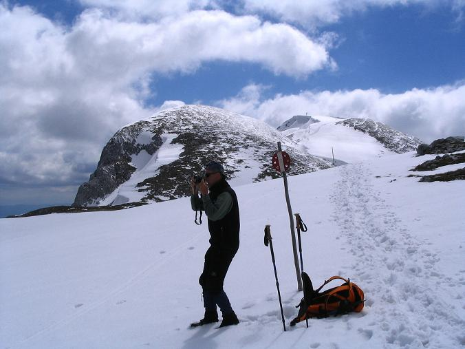 Foto: Andreas Koller / Wander Tour / Durch das Seetal ins Herz des Hochschwabs (2277 m) / Im Abstieg vom Schiestl Haus mit Hochschwab im Hintergrund / 22.04.2007 22:39:27