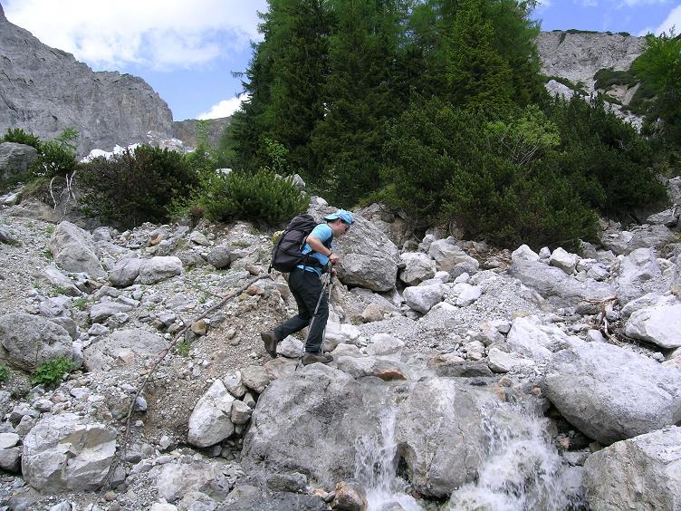 Foto: Andreas Koller / Wander Tour / Riffel und Rosskarsteig (2106 m) / Bachquerung im Rosskar / 22.04.2007 23:06:12