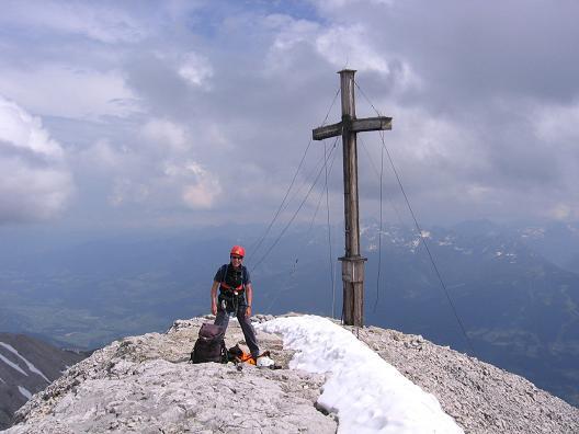 Foto: Andreas Koller / Wandertour / Die Eselstein - Runde (2667 m) / Gipfelkreuz auf der Scheichenspitze / 23.04.2007 14:09:01