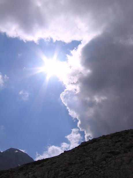 Foto: Andreas Koller / Wandertour / Die Eselstein - Runde (2667 m) / Scheichenspitze im Gegenlicht / 23.04.2007 14:11:20