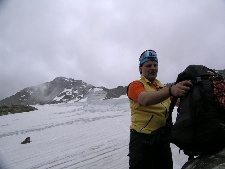 Foto: Andreas Koller / Wander Tour / Hintere Eggenspitze - auf den höchsten Gipfel über dem Ultental (3443 m) / Gewitterfront am Weißbrunnerferner / 26.04.2007 22:08:02