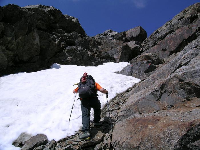 Foto: Andreas Koller / Wander Tour / Hintere Eggenspitze - auf den höchsten Gipfel über dem Ultental (3443 m) / Steile Rinne zum Gletscher / 26.04.2007 22:10:15