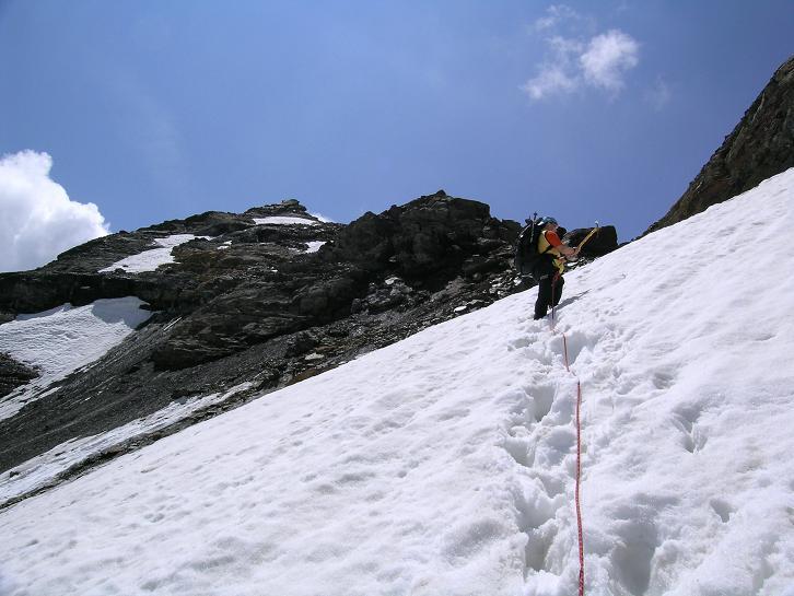 Foto: Andreas Koller / Wander Tour / Hintere Eggenspitze - auf den höchsten Gipfel über dem Ultental (3443 m) / Die letzten steilen Meter am Weißbrunnerferner zum N-Grat / 26.04.2007 22:09:21