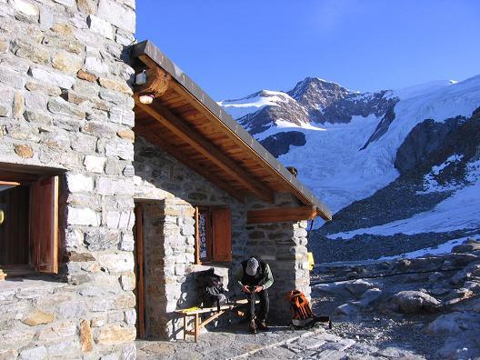 Foto: Andreas Koller / Wander Tour / In den südliche Walliser Alpen auf die Ludwigshöhe (4341 m) / Das Rifugio Mantova / 25.04.2007 19:36:12