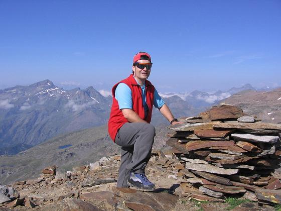 Foto: Andreas Koller / Wander Tour / In den südliche Walliser Alpen auf die Ludwigshöhe (4341 m) / Am Stolenberg (3202 m), der im Aufstieg überschritten wird / 25.04.2007 19:35:54