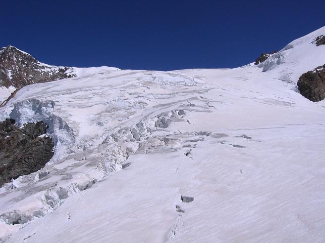 Foto: Andreas Koller / Wander Tour / In den südliche Walliser Alpen auf die Ludwigshöhe (4341 m) / Ser spaltenreiche Ghio del Lsy orientale / 25.04.2007 19:39:15