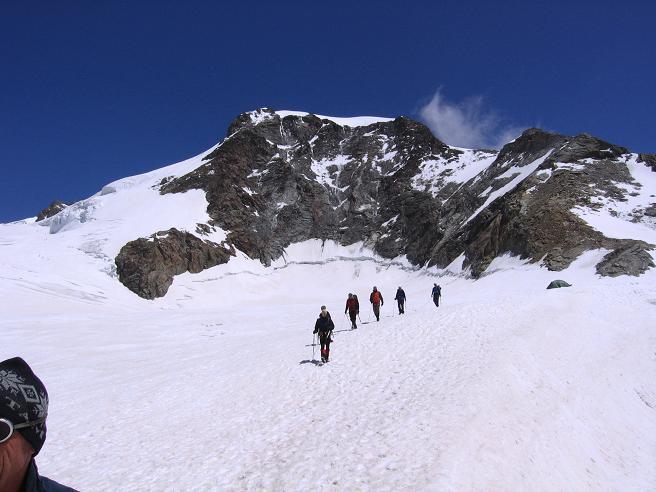 Foto: Andreas Koller / Wander Tour / In den südliche Walliser Alpen auf die Ludwigshöhe (4341 m) / Seilschaften unter der Piramide Vincent (4215 m) / 25.04.2007 19:38:46