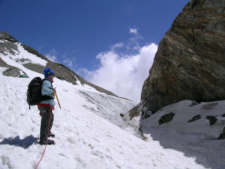 Foto: Andreas Koller / Wander Tour / In den südliche Walliser Alpen auf die Ludwigshöhe (4341 m) / Randspalte beim Rifugio Gnifetti / 25.04.2007 19:38:26