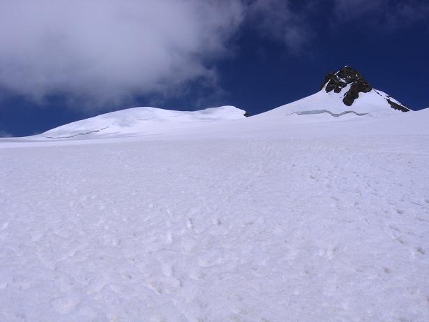 Foto: Andreas Koller / Wander Tour / In den südliche Walliser Alpen auf die Ludwigshöhe (4341 m) / Links Ludwigshöhe, rechts Schwarzhorn (4321 m) / 25.04.2007 19:37:29