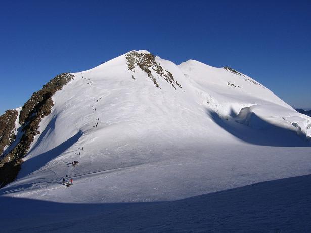 Foto: Andreas Koller / Wander Tour / Aus dem Val di Gressoney auf den Lyskamm West (4480 m) / Seilschaften am Weg zum Castor / 25.04.2007 19:06:22