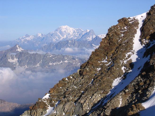 Foto: Andreas Koller / Wander Tour / Aus dem Val di Gressoney auf den Lyskamm West (4480 m) / Im S thront stolz der Montblanc / 25.04.2007 19:05:56